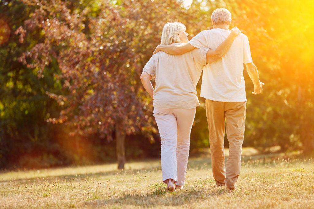 Zwei Senioren gehen spazieren im Sommer in der Natur